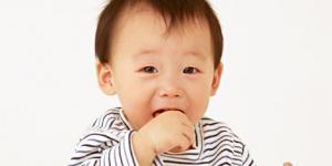 爪噛みをする子供って愛情不足ですか?